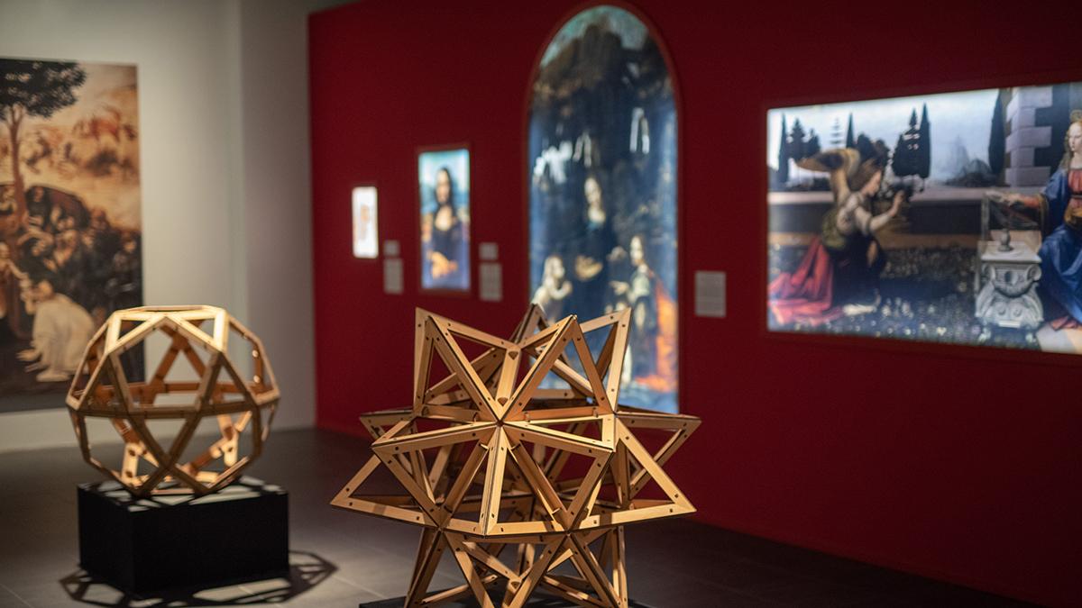 Näykymä näyttelytilaan jossa kopioita maalauksista ja pienoismalleista