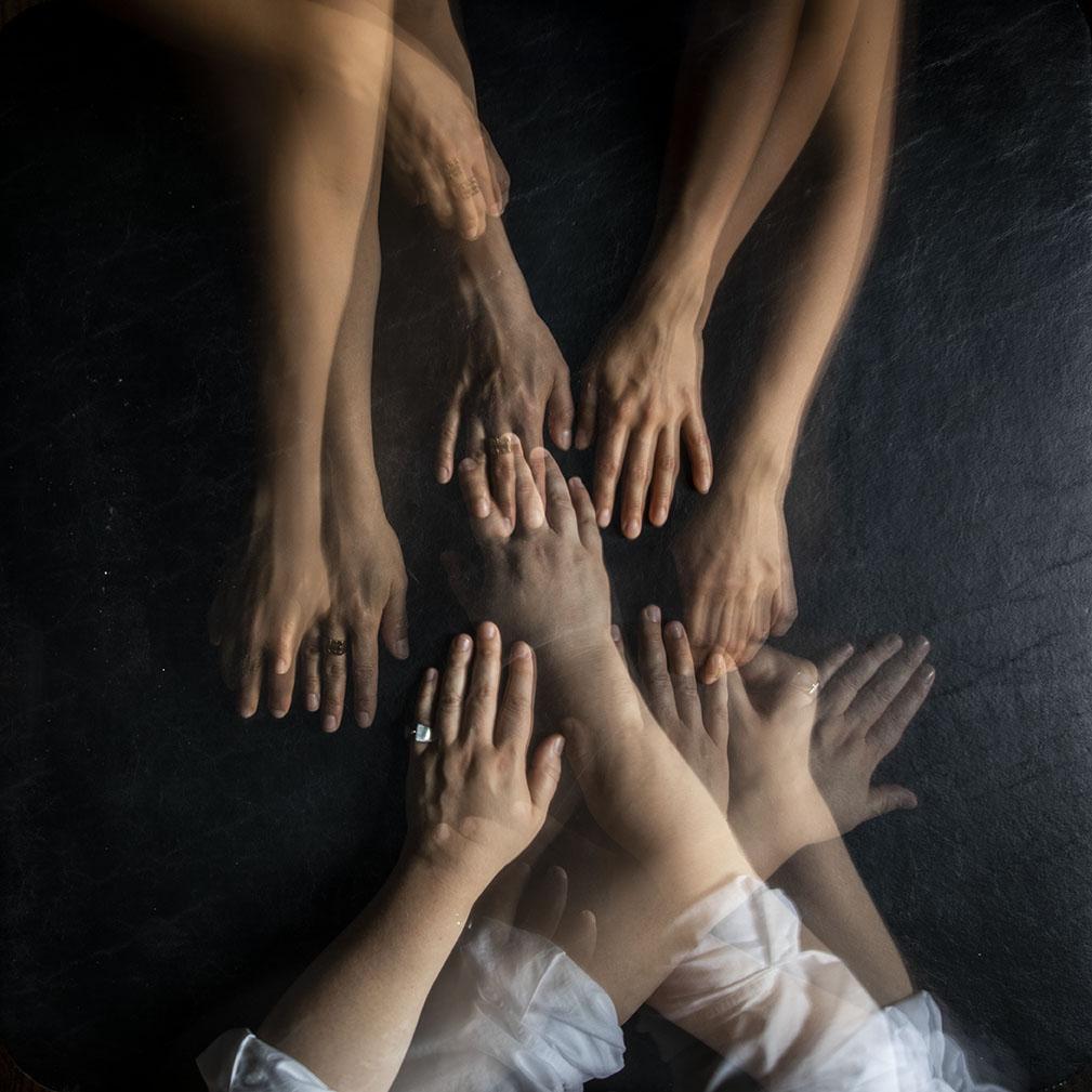 Kuvassa on kahden henkilön kädet, jotka kohtaavat ari asennoissa.